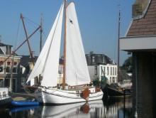 Photo dans le  nord de Pays Bas grosse  TJALK a  voile   17 m    100  cv   40 tonnes